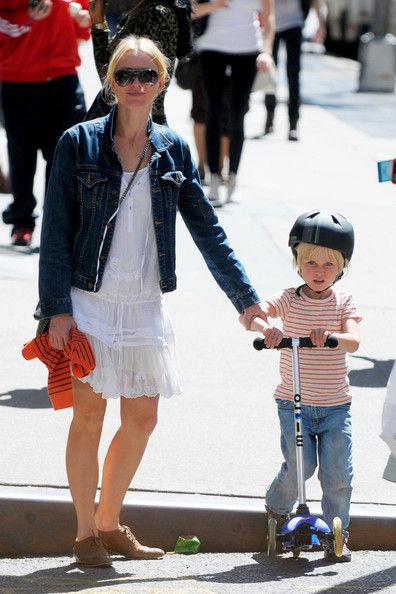Наоми Уоттс с сыном в Нью-Йорке