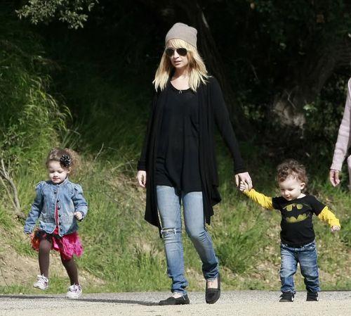 Николь Ричи с детьми на прогулке в парке