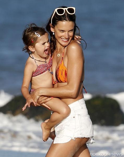 Алессандра Амбросио  с семьей на пляже в Малибу
