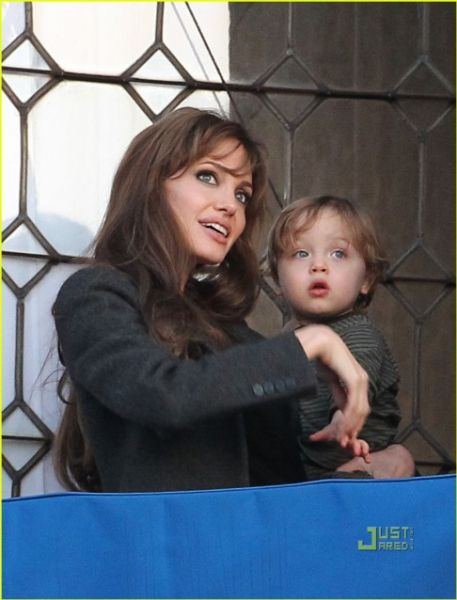Анджелина Джоли и Нокс на балконе
