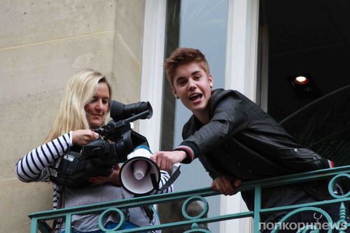 Джастин Бибер спел с балкона для французских фанаток