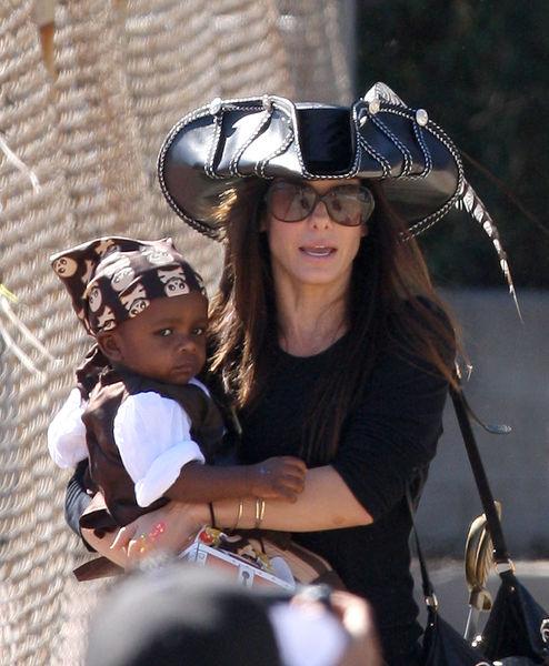 Сандра Буллок с сыном на пиратском дне рождения