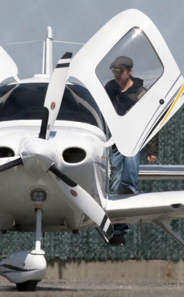 Брэд Питт учится летать