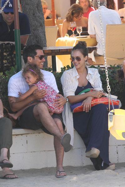 Джессика Альба с семьей в Малибу