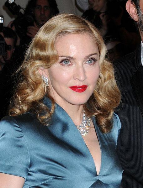 Мадонна выставит свои сапоги на аукционе
