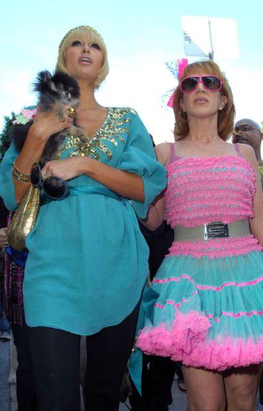 Пэрис Хилтон гуляет с Кэти Гриффин