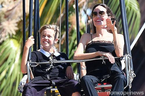 Анджелина Джоли отметила день рождения детей в Диснейленде