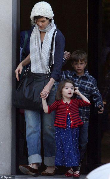 Кэти Холмс гуляет  с детьми Бэкхемов