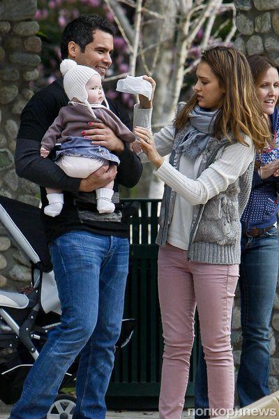 Джессика Альба с семьей в Лос-Анджелесе