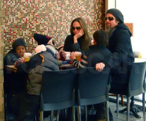 Джоли-Питты за обедом в нью-йоркском кафе