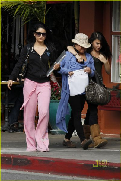 Ванесса Хадженс со своей мамой и сестрой около кафе