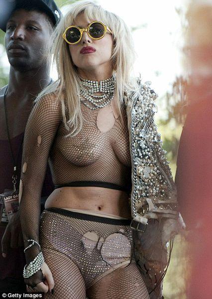 Вы еще не видели самый рискованный наряд Lady Gaga