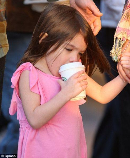 Родители покупают Сури напитки в Starbucks