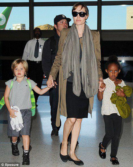 Анджелина Джоли с дочерьми в аэропорту Лос-Анджелеса