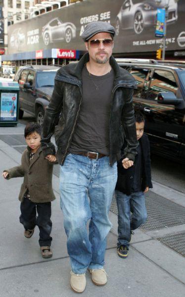 Анджелина отдыхает, Брэд сидит с детьми