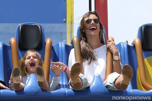 Алессандра Амбросио с семьей в парке развлечений