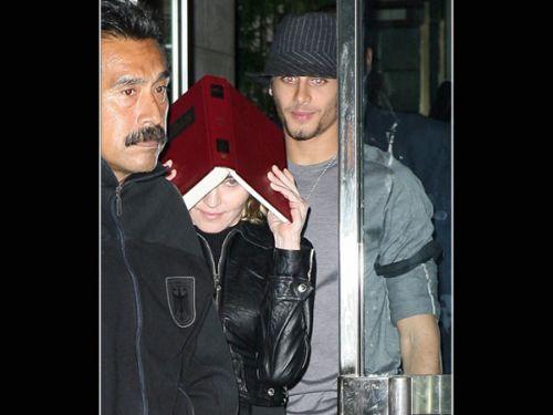 Мадонна прячется от папарацци
