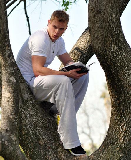 Келлан Латс прячется от фанатов на дереве