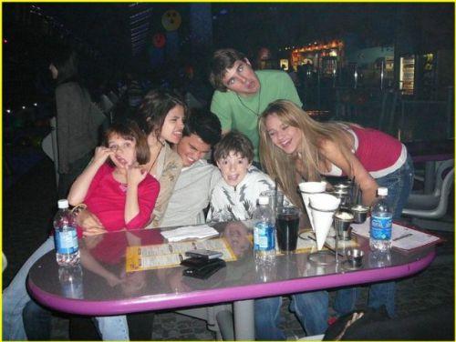 Тэйлор Лотнер с Селиной Гомес и ее новыми друзьями