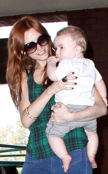 Эшли Симпсон гуляет с сыном