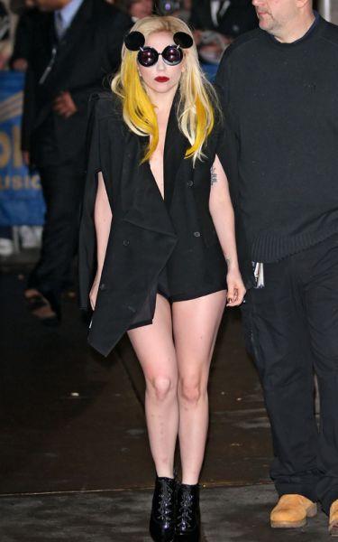 Lady GaGa в очках Микки Маусах в Нью-Йорке. 24 января