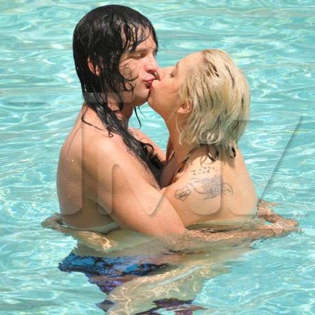 Lady Gaga в бассейне со своим бойфрендом