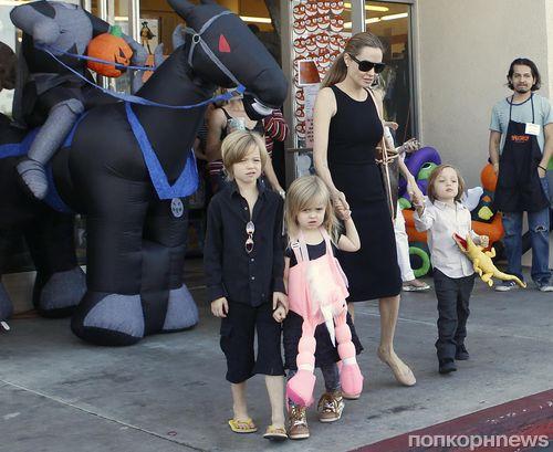 Анджелина Джоли  с детьми в поисках костюмов на Хэллоуин