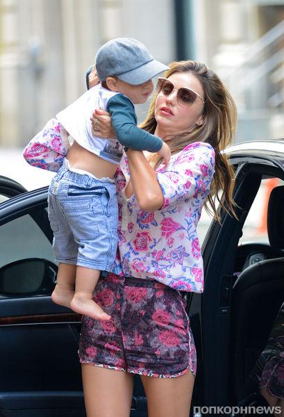 Миранда Керр на прогулке с малышом Флинном