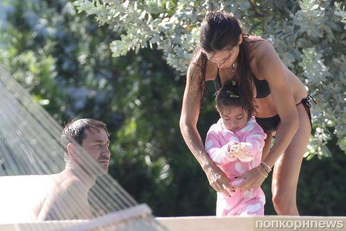 Адриана Лима с мужем и дочерью в Майами
