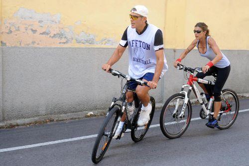 Джордж Клуни и Элизабетта Каналис катаются на велосипедах  в Лаглио