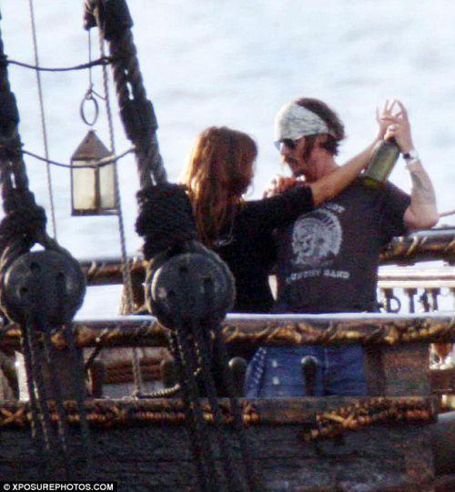 Пенелопа Крус и Джонни Депп танцуют на корабле