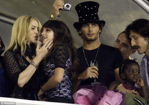 Мадонна, Хесус и другие звезды на карнавале в Бразилии