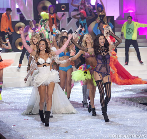 Ангелы Victoria's Secret исполняют песню Maroon 5