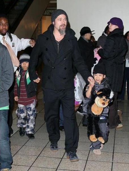 Брэд Питт с сыновьями в павильоне Dave & Busters