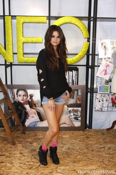 Селена Гомес на фотоколле для  Adidas NEO