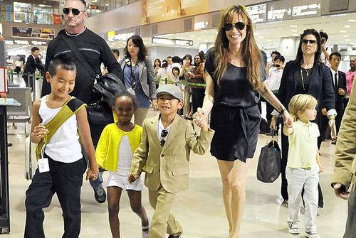 Слухи: Анджелина Джоли собирается удочерить девочку из Гаити