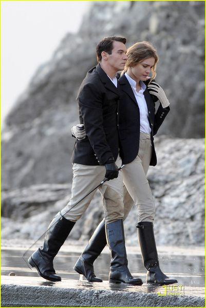 Страстный поцелуй Джонатана Рис-Мейерса и Натальи Водяновой во время съемок фильма Belle Du Seigneur