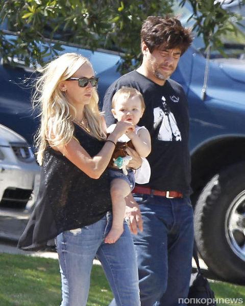 Бенисио дель Торо и Кимберли Стюарт на прогулке с дочерью