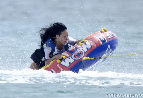 Рианна отдыхает с друзьями на Барбадосе