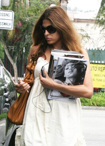 Ева Мендес скупает журналы с собой на обложках
