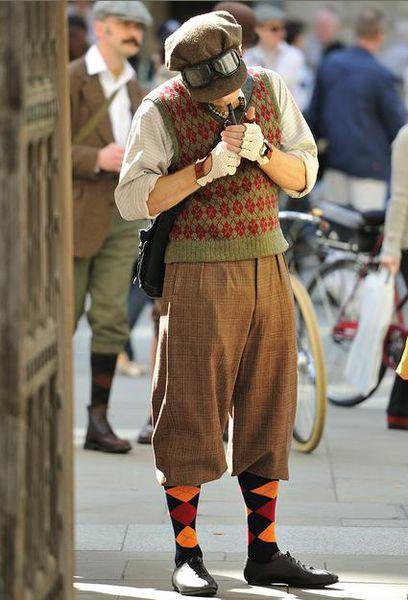 Юэн  МакГрегор на велопрогулке в твиде