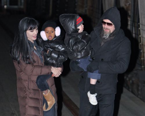 "Анджелина и Брэд с дочерьми на съемках фильма ""Солт"""
