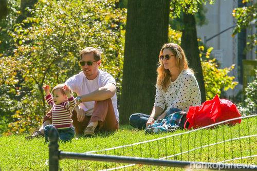 Дрю Бэрримор с семьей на пикнике