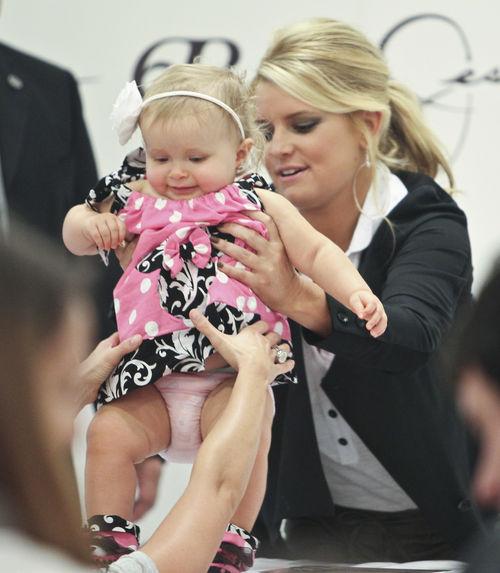 Джессика Симпсон с ребенком фаната