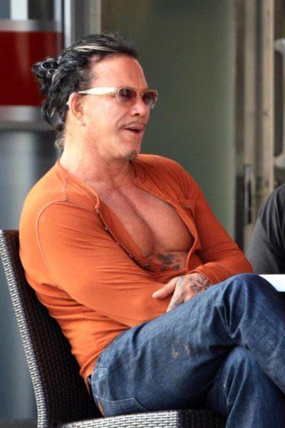 Микки Рурк показал свои грудные мышцы