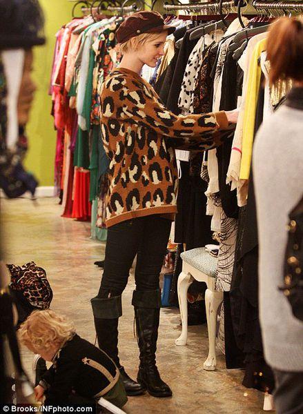 Эшли Симпсон с сыном в винтажном бутике