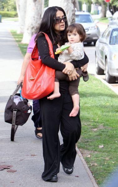 Сальма Хаейк и Валентина на детской площадке
