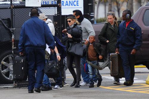 Мадонна с детьми на вертолетной площадке