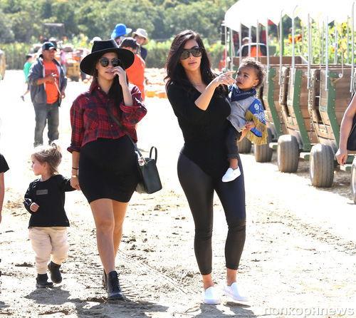 Ким Кардашян с семьей на праздничной ярмарке
