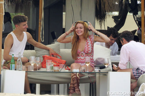 Линдси Лохан отдыхает с друзьями в Испании